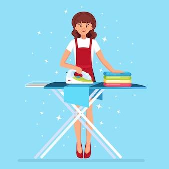 Mujer planchando ropa a bordo. ama de casa haciendo trabajo doméstico. servicio de limpieza.