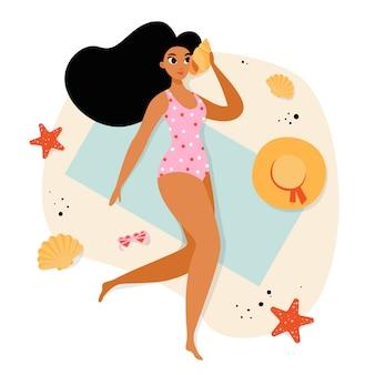 Mujer en la playa chica en traje de baño rosa en la playa. mujer joven tomando el sol. vacaciones de verano.
