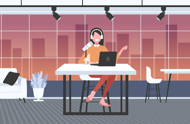 Mujer podcaster en auriculares hablando con micrófono grabación podcast en estudio podcasting concepto de radio en línea de longitud completa horizontal