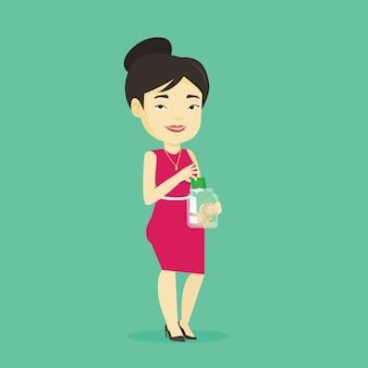 Mujer poniendo dinero en dólares en frasco de vidrio.