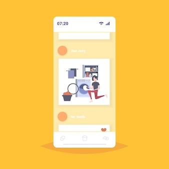 Mujer poniendo ropa sucia en la lavadora ama de casa haciendo las tareas domésticas en la sala de lavandería teléfono inteligente pantalla aplicación móvil personaje de dibujos animados ilustración de cuerpo entero