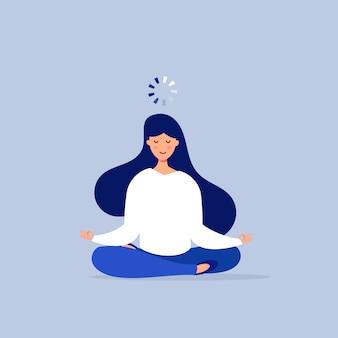 Mujer en posición de loto con una barra de carga sobre su cabeza.