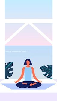 Mujer en posición de loto en la terraza con vistas al mar