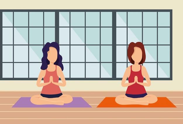 Mujer practica ejercicio en la casa y ventana