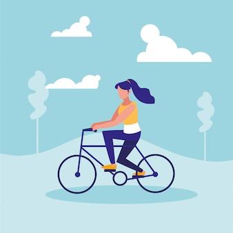 Mujer practicando ciclismo en paisaje