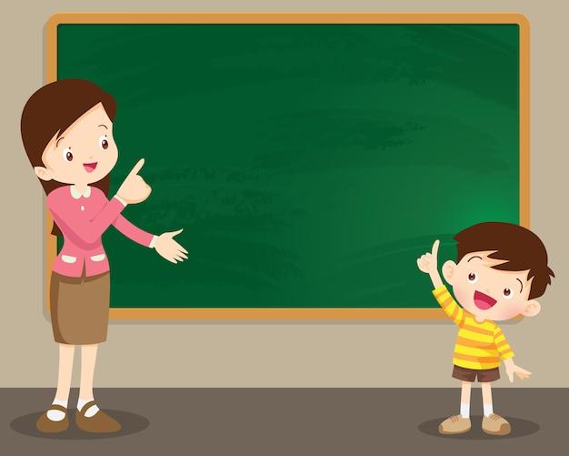 Mujer de profesor y niño de studen de pie delante de la pizarra