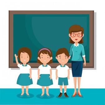 Mujer profesora con alumnos en el aula