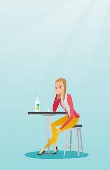 Mujer que bebe un cóctel en la barra.