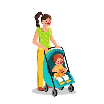 Mujer que llevaba un niño pequeño en el cochecito de bebé