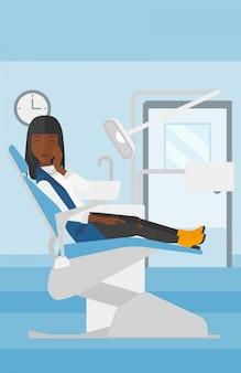 Mujer que sufre en la silla dental.