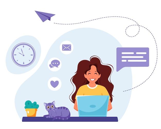 Mujer que trabaja en la computadora portátil trabajo autónomo desde casa