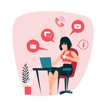 Mujer que trabaja en la computadora portátil