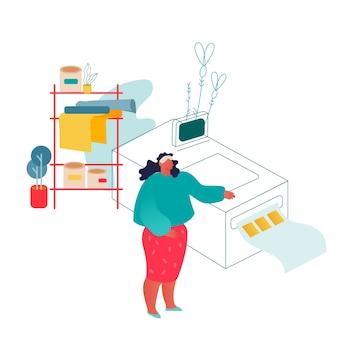 Mujer que trabaja en la imprenta o agencia de publicidad de pie cerca de equipos de poligrafía.