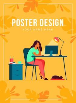 Mujer que trabaja por la noche en la oficina en casa aislada ilustración plana. estudiante de dibujos animados aprendiendo a través de computadora o diseñador tarde en el trabajo. lugar de trabajo y concepto de insomnio.