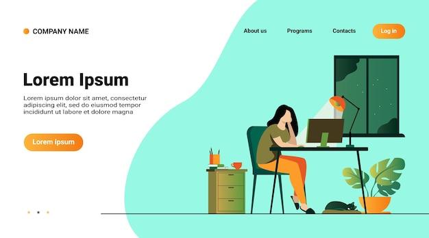 Mujer que trabaja por la noche en la oficina en casa aislado ilustración vectorial plana. estudiante de dibujos animados aprendiendo por computadora o diseñador tarde en el trabajo