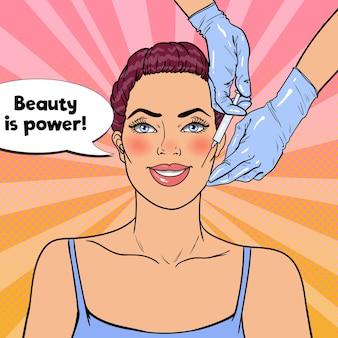 La mujer está recibiendo una inyección facial de belleza