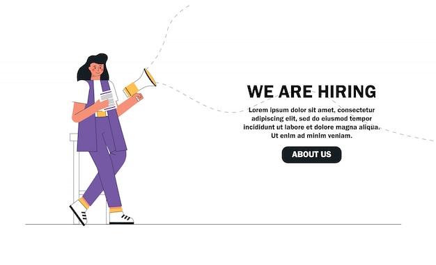 Mujer reclutadora sostiene currículum y megáfono en busca de nuevos empleados.