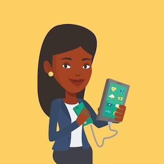 Mujer reharging smartphone de batería portátil.