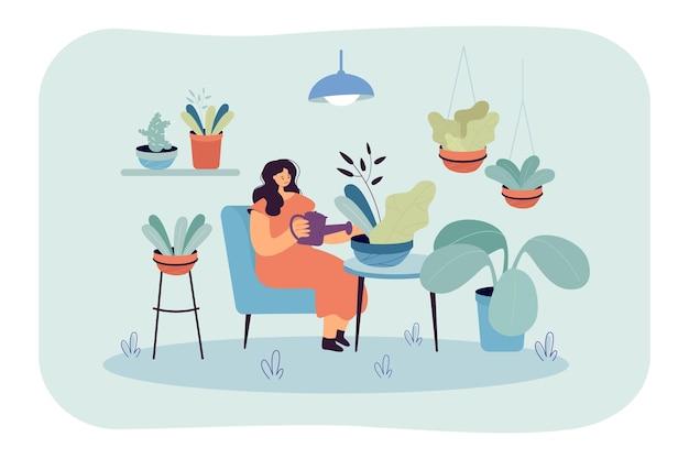 Mujer relajada feliz cuidando de plantas de interior en el jardín de su casa
