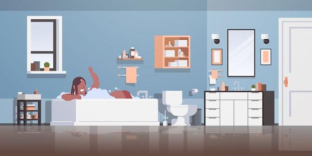 Mujer relajante en el baño con espuma feliz niña bañarse acostado bañera jacuzzi concepto moderno