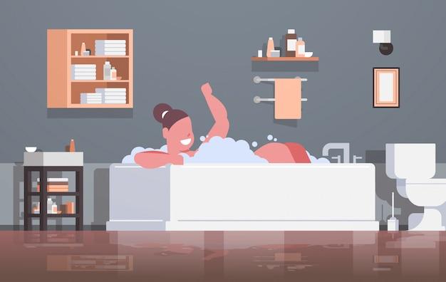 Mujer relajante en el baño con espuma niña feliz bañarse acostado bañera jacuzzi obesidad concepto moderno