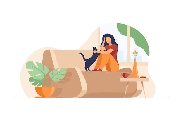 Mujer relajante en casa acogedora