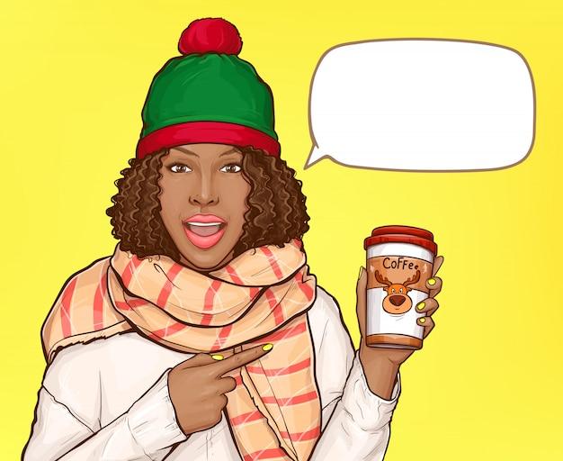 Mujer en ropa de abrigo con taza de café y bocadillo en blanco