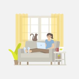 Mujer en ropa casual trabajando en casa con una computadora portátil en el sofá en una acogedora sala de estar en estilo plano de dibujos animados