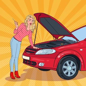 Mujer rubia de arte pop con coche roto. avería del motor.