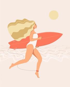 Una mujer rubia en traje de baño corre con un surf en sus manos en la playa