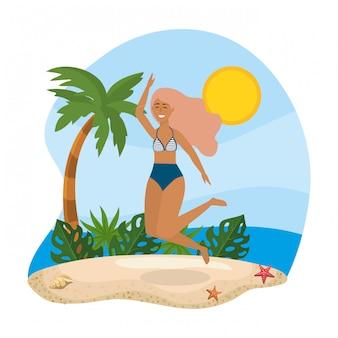 Mujer saltando y vistiendo traje de baño con palmera y hojas de plantas