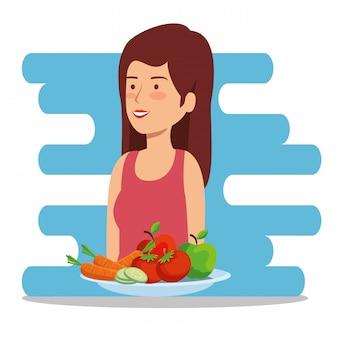 Mujer sana con equilibrio de frutas y verduras