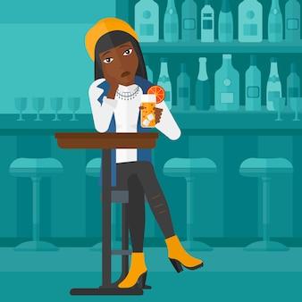 Mujer sentada en el bar