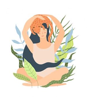 Mujer sentada en la naturaleza con gato durmiendo en la cabeza. meditación de gato en entorno natural, niña y su mascota durmiendo.
