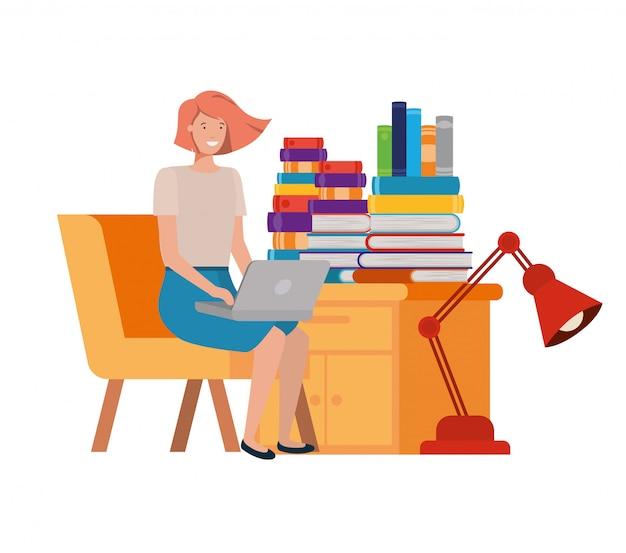 Mujer sentada en la oficina de trabajo