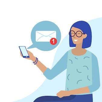 Mujer sonriente en gafas recibe correo electrónico en el teléfono