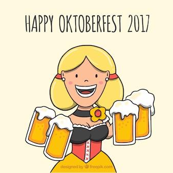 Mujer sonriente llevando jarras de cerveza en el oktoberfest