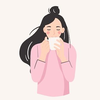 Mujer sonriente sosteniendo un mung bebiendo una taza de café