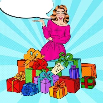 Mujer sorprendida del arte pop con enormes cajas de regalo.