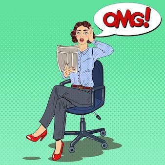 Mujer sorprendida del arte pop que lee un periódico. malas noticias.