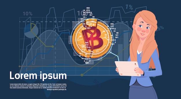 Mujer sostener tableta digital bitcoin dorado moderno crypto web gráficos y gráficos de fondo