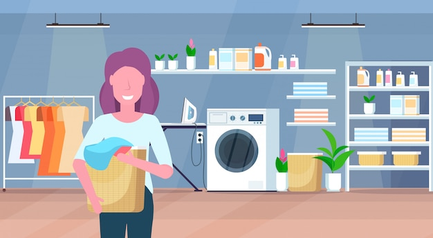 Mujer sosteniendo la cesta con ropa sucia ama de casa haciendo las tareas domésticas lavandería interior del personaje de dibujos animados retrato horizontal plana