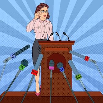 Mujer sosteniendo una conferencia de prensa