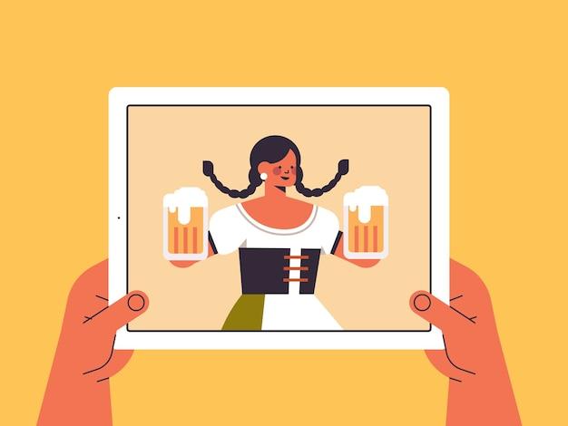 Mujer sosteniendo jarras de cerveza fiesta oktoberfest
