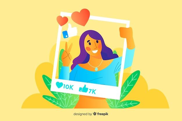 Mujer sosteniendo un marco de instagram y sonrisa