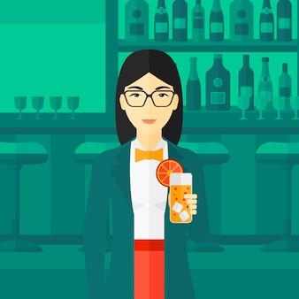 Mujer sosteniendo un vaso de jugo