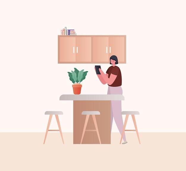 Mujer con tableta trabajando en el diseño de cocina del tema trabajo desde casa