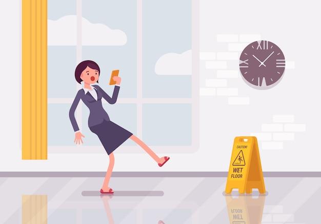 Mujer con un teléfono inteligente se desliza sobre el piso mojado