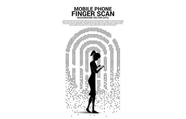 Mujer con teléfono móvil e icono de huella digital de transformación de píxeles.