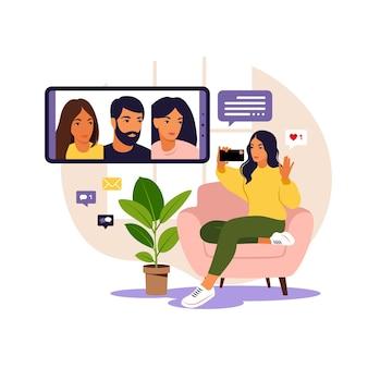 Mujer con teléfono para reuniones virtuales colectivas y videoconferencia grupal. mujer charlando con amigos en línea. videoconferencia, trabajo remoto, concepto de tecnología.